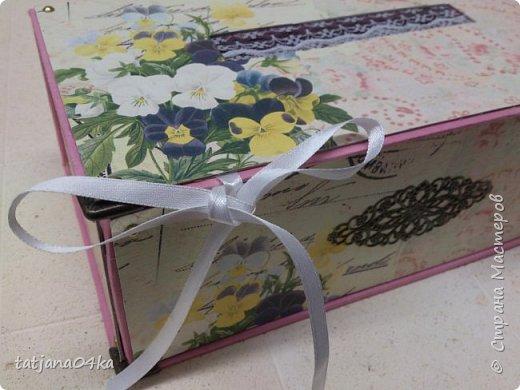 Что понадобилось для работы: 1. Картон (размер 0,3мм) 2. Оберточная бумага  3. Декоративные элементы из металла , чем  украсить коробку. 4. Клей для бумаги (ПВА, Момент Кристалл или любой другой, прочный) 5. Ножницы 6 Линейка,карандаш  Как сделать коробку,,,,Действий много, но награда не заставит себя ждать.  Для начала я вырезала картон необходимого размера  -крышку, днище   - заднюю  стенку  -для стенок понадобилось три детали  фото 22