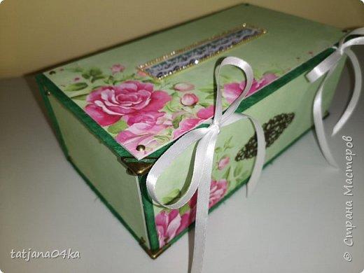 Что понадобилось для работы: 1. Картон (размер 0,3мм) 2. Оберточная бумага  3. Декоративные элементы из металла , чем  украсить коробку. 4. Клей для бумаги (ПВА, Момент Кристалл или любой другой, прочный) 5. Ножницы 6 Линейка,карандаш  Как сделать коробку,,,,Действий много, но награда не заставит себя ждать.  Для начала я вырезала картон необходимого размера  -крышку, днище   - заднюю  стенку  -для стенок понадобилось три детали  фото 36