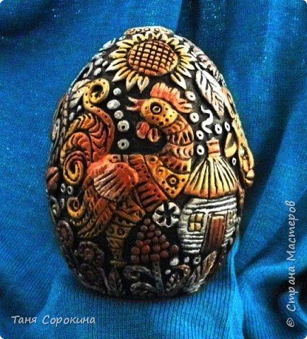 И снова я к вам с новой работой!))) Сейчас занимаюсь яйцами к Пасхе, это первое, всего будет 3 новых. Яйцо большое, 13см, керамическое, украсила его лепкой из керапласта. На нём у меня животные, которые живут в украинских (и не только!) дворах. Надо бы было и хрюшку слепить, но не поместилась))). фото 1