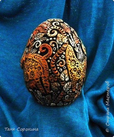 И снова я к вам с новой работой!))) Сейчас занимаюсь яйцами к Пасхе, это первое, всего будет 3 новых. Яйцо большое, 13см, керамическое, украсила его лепкой из керапласта. На нём у меня животные, которые живут в украинских (и не только!) дворах. Надо бы было и хрюшку слепить, но не поместилась))). фото 3