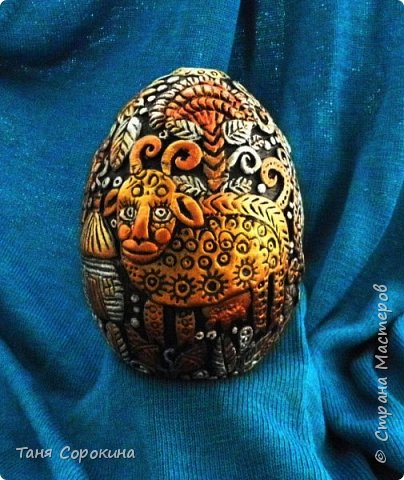 И снова я к вам с новой работой!))) Сейчас занимаюсь яйцами к Пасхе, это первое, всего будет 3 новых. Яйцо большое, 13см, керамическое, украсила его лепкой из керапласта. На нём у меня животные, которые живут в украинских (и не только!) дворах. Надо бы было и хрюшку слепить, но не поместилась))). фото 4