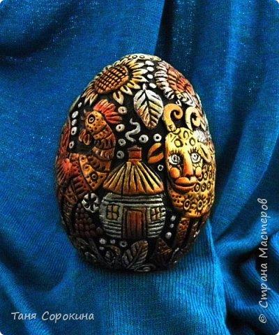 И снова я к вам с новой работой!))) Сейчас занимаюсь яйцами к Пасхе, это первое, всего будет 3 новых. Яйцо большое, 13см, керамическое, украсила его лепкой из керапласта. На нём у меня животные, которые живут в украинских (и не только!) дворах. Надо бы было и хрюшку слепить, но не поместилась))). фото 5