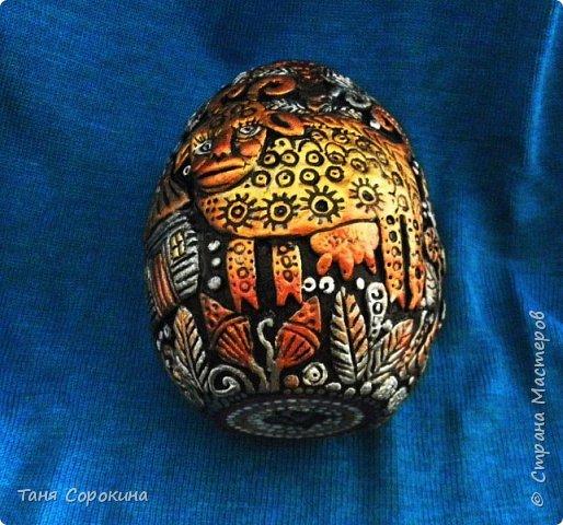 И снова я к вам с новой работой!))) Сейчас занимаюсь яйцами к Пасхе, это первое, всего будет 3 новых. Яйцо большое, 13см, керамическое, украсила его лепкой из керапласта. На нём у меня животные, которые живут в украинских (и не только!) дворах. Надо бы было и хрюшку слепить, но не поместилась))). фото 9