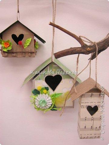 Изготовление мини-скворечников можно приурочить к Международному Дню птиц (ежегодно 1 апреля).А можно их мастерить всю весну - ведь маленький птичий домик - символ прихода весны. Из каких подручных материалов мы делали домики?  фото 12