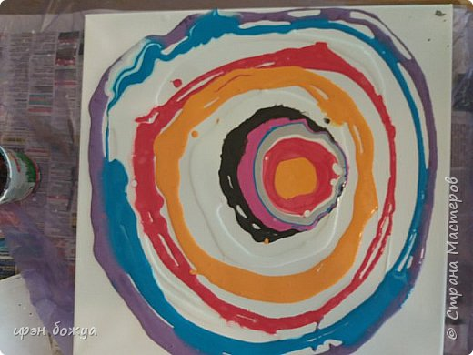 Решила я освоить рисование путем наливания краски в стакан и второй способ наливание красок прямо на холст. Развела акриловые краски до состояния сметаны,подготовила место и давай рисовать. Занятие занятное. Это панно сделано при помощи стакана. В большой стакан поочередно наливаются акриловые краски. Белый чередовать надо часто. Черный чуть по-меньше. фото 11