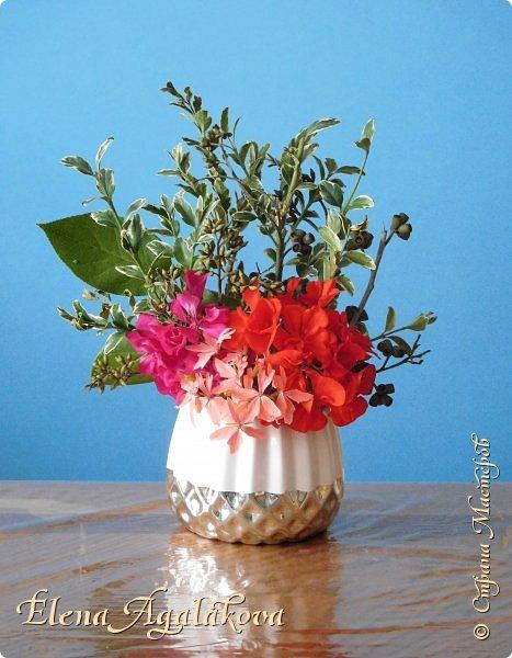 Добрый день! Сегодня я к вам снова с Весенними композициями из цветов. Весна пришла и особенно хочется цветов и красок! Прошлым летом я решила осуществить еще одну свою мечту - научится цветочному дизайну. Очень люблю цветы, травки-муравки, деревья и вообще все растения. Очень увлекательно работать с цветами! Я взяла небольшой курс по цветочному дизайну. Дома делаю оранжировки из того что под рукой, беру цветы которые найду, даже полевые и из своего садика. Конечно сейчас цветов в садике нет, но есть разные веточки, травинки... использую цветы из цветочного магазина где работаю. Делюсь красотой! фото 9
