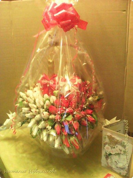 Корзина красных и белых роз с конфетами в виде двухцветного сердца и две бутылки шампанского - подарок на свадьбу фото 8