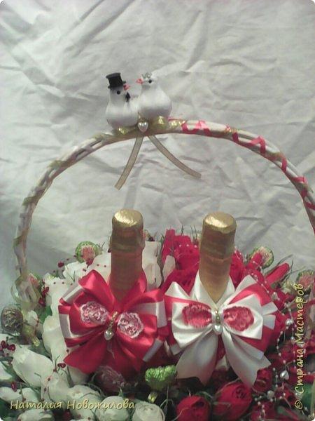 Корзина красных и белых роз с конфетами в виде двухцветного сердца и две бутылки шампанского - подарок на свадьбу фото 2