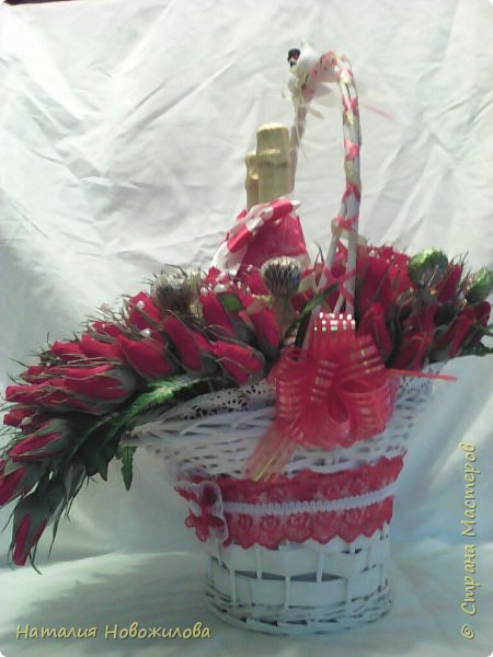 Корзина красных и белых роз с конфетами в виде двухцветного сердца и две бутылки шампанского - подарок на свадьбу фото 5