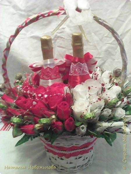 Корзина красных и белых роз с конфетами в виде двухцветного сердца и две бутылки шампанского - подарок на свадьбу фото 7