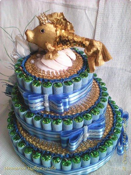 """Торт-шкатулка """"Золотая рыбка"""" трех ярусный на юбилей для женщины, рожденной под знаком рыб по гороскопу"""