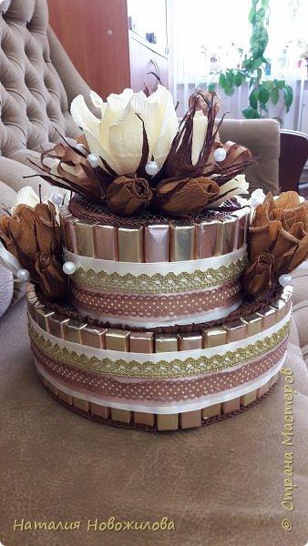 Тортик из шоколадок и розочек с конфетами в шоколадно-ванильных тонах на юбилей. фото 7