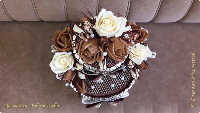 Тортик из шоколадок и розочек с конфетами в шоколадно-ванильных тонах на юбилей. фото 3