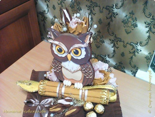 Мудрая сова с золотым пером для директора школы, подарок на день рождения: оформление банки кофе и коробки печенья. Золотое перо из шоколадок. фото 3