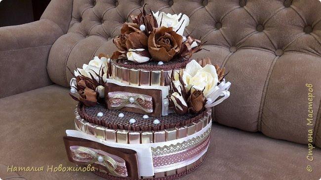 Тортик из шоколадок и розочек с конфетами в шоколадно-ванильных тонах на юбилей. фото 2