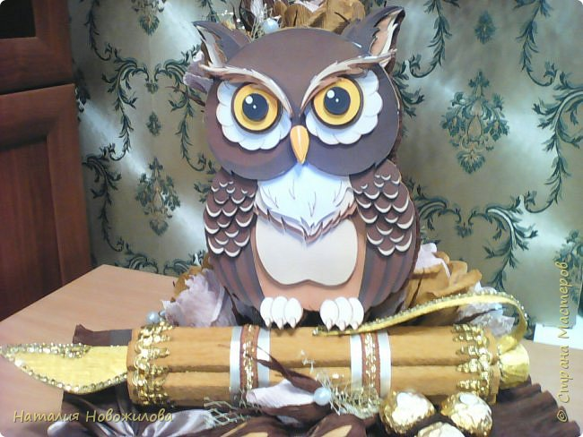 Мудрая сова с золотым пером для директора школы, подарок на день рождения: оформление банки кофе и коробки печенья. Золотое перо из шоколадок. фото 4