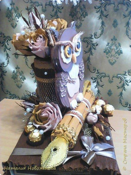 Мудрая сова с золотым пером для директора школы, подарок на день рождения: оформление банки кофе и коробки печенья. Золотое перо из шоколадок. фото 5