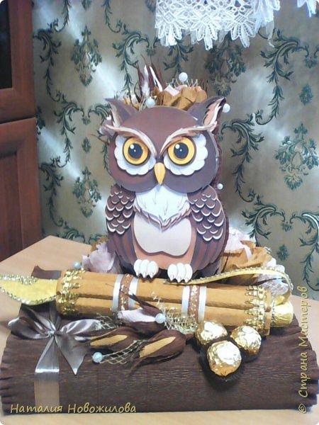 Мудрая сова с золотым пером для директора школы, подарок на день рождения: оформление банки кофе и коробки печенья. Золотое перо из шоколадок.