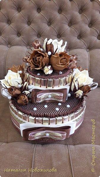 Тортик из шоколадок и розочек с конфетами в шоколадно-ванильных тонах на юбилей.