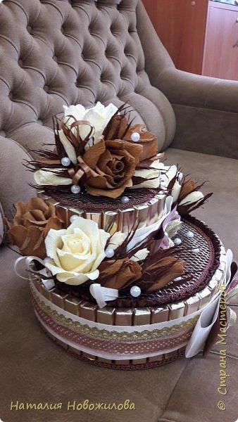 Тортик из шоколадок и розочек с конфетами в шоколадно-ванильных тонах на юбилей. фото 4