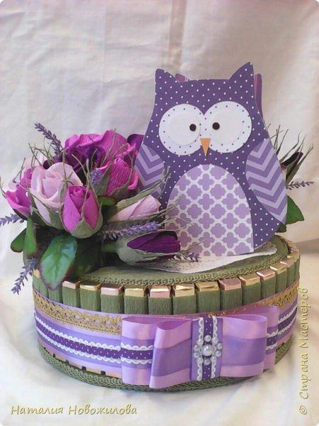 Еще одна чайная сова в сиренево-фиолетовых тонах на день рождения мамы подруги - оформление коробки чая и внутри коробка печенья. Это тортик-шкатулка, правда забыла сфотографировать, как снимается крышка.
