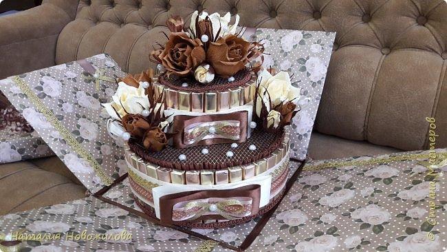 Тортик из шоколадок и розочек с конфетами в шоколадно-ванильных тонах на юбилей. фото 8