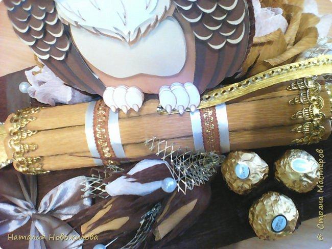 Мудрая сова с золотым пером для директора школы, подарок на день рождения: оформление банки кофе и коробки печенья. Золотое перо из шоколадок. фото 10