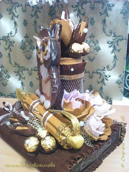 Мудрая сова с золотым пером для директора школы, подарок на день рождения: оформление банки кофе и коробки печенья. Золотое перо из шоколадок. фото 8