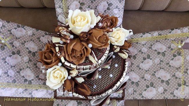 Тортик из шоколадок и розочек с конфетами в шоколадно-ванильных тонах на юбилей. фото 9