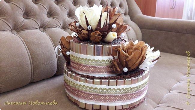 Тортик из шоколадок и розочек с конфетами в шоколадно-ванильных тонах на юбилей. фото 6
