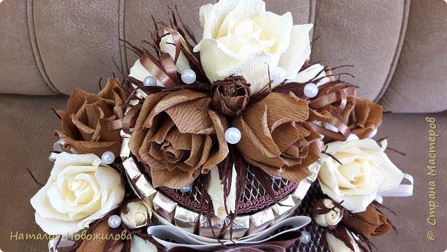 Тортик из шоколадок и розочек с конфетами в шоколадно-ванильных тонах на юбилей. фото 5