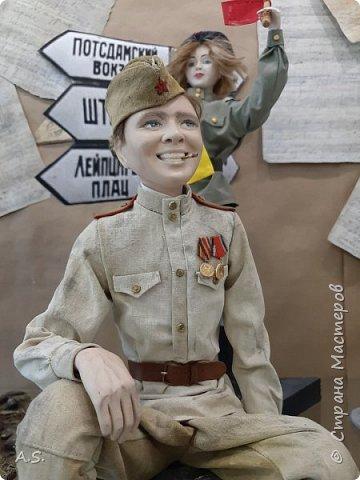 """В нашем Краеведческом музее проходит интерактивная программа """"Ах, война, что ж ты, подлая, сделала"""". Детям трудно рассказывать о войне, непросто, не понятно... Сотрудники музея сумели это сделать, рассказав о том страшном времени через песни военных лет... Когда входишь в музей, со стены смотрят портреты поэтов, композиторов, написавших эти песни... Рассказ начался с """"Вставай, страна огромная""""... и закончился песней """"День Победы""""! Но ребята не просто слушали песни и узнали историю их создания, к каждой мастерицами студии """"Вдохновение"""" (г. Удомля, руководитель Симакина Елена Валерьевна) была сделана кукла или даже целая композиция. """"Синенький платочек"""", """"Землянка"""", """"Враги сожгли родную хату"""" и многие другие песни услышали ребята. А потом слушали песню на настоящем старинном патефоне, который достали из запасников музея, посмотрели мультфильм """"Солдатская сказка"""" и уникальную коллекцию боевых наград и памятных знаков выпущенных со времен ВОв. фото 24"""