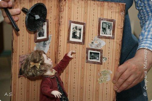 """В нашем Краеведческом музее проходит интерактивная программа """"Ах, война, что ж ты, подлая, сделала"""". Детям трудно рассказывать о войне, непросто, не понятно... Сотрудники музея сумели это сделать, рассказав о том страшном времени через песни военных лет... Когда входишь в музей, со стены смотрят портреты поэтов, композиторов, написавших эти песни... Рассказ начался с """"Вставай, страна огромная""""... и закончился песней """"День Победы""""! Но ребята не просто слушали песни и узнали историю их создания, к каждой мастерицами студии """"Вдохновение"""" (г. Удомля, руководитель Симакина Елена Валерьевна) была сделана кукла или даже целая композиция. """"Синенький платочек"""", """"Землянка"""", """"Враги сожгли родную хату"""" и многие другие песни услышали ребята. А потом слушали песню на настоящем старинном патефоне, который достали из запасников музея, посмотрели мультфильм """"Солдатская сказка"""" и уникальную коллекцию боевых наград и памятных знаков выпущенных со времен ВОв. фото 7"""