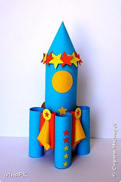 Такие ракеты делала с детьми ко Дню Космонавтики уже давно, забыла выложить. Основа ракеты - трубочка от туалетной бумаги, обклеенная цветной бумагой. Верх - конус. Сопла - накручиваем бумагу на толстый маркер, между ними - трубочки, накрученные на фломастеры. Можно скрутить ровно, а можно в виде кулечков. фото 7