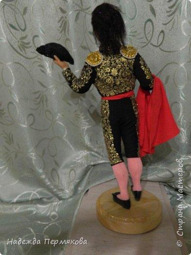 Кукла размером 55 см, выполнена из цернита. Техника вживления волос, живых глаз, вживления бровей и ресниц, ручная вышивка , обувь натуральная кожа. Это вторая из кукол матадор из серии Испания так же как предыдущая кукла дама в мантилье только выполнены с разницей в 9 лет, возможно чем то схожи. фото 4