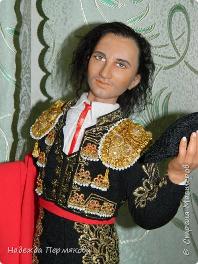 Кукла размером 55 см, выполнена из цернита. Техника вживления волос, живых глаз, вживления бровей и ресниц, ручная вышивка , обувь натуральная кожа. Это вторая из кукол матадор из серии Испания так же как предыдущая кукла дама в мантилье только выполнены с разницей в 9 лет, возможно чем то схожи. фото 3
