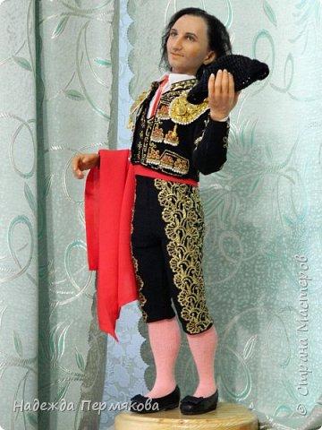 Кукла размером 55 см, выполнена из цернита. Техника вживления волос, живых глаз, вживления бровей и ресниц, ручная вышивка , обувь натуральная кожа. Это вторая из кукол матадор из серии Испания так же как предыдущая кукла дама в мантилье только выполнены с разницей в 9 лет, возможно чем то схожи. фото 2