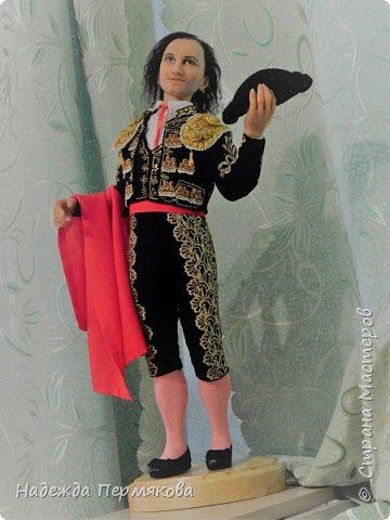 Кукла размером 55 см, выполнена из цернита. Техника вживления волос, живых глаз, вживления бровей и ресниц, ручная вышивка , обувь натуральная кожа. Это вторая из кукол матадор из серии Испания так же как предыдущая кукла дама в мантилье только выполнены с разницей в 9 лет, возможно чем то схожи.