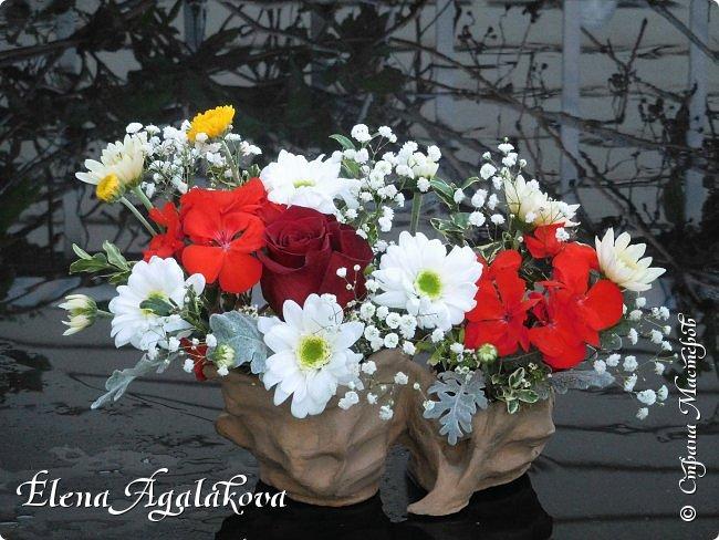 Добрый день! Сегодня я к вам снова с композициями из цветов. Прошлым летом я решила осуществить еще одну свою мечту - научится цветочному дизайну. Очень люблю цветы, травки-муравки, деревья и вообще все растения. Очень увлекательно работать с цветами! Я взяла небольшой курс по цветочному дизайну. Дома делаю аранжировки из того что под рукой, беру цветы которые найду, даже полевые и из своего садика. Люблю использовать разные веточки, травинки... Делюсь красотой!  фото 9