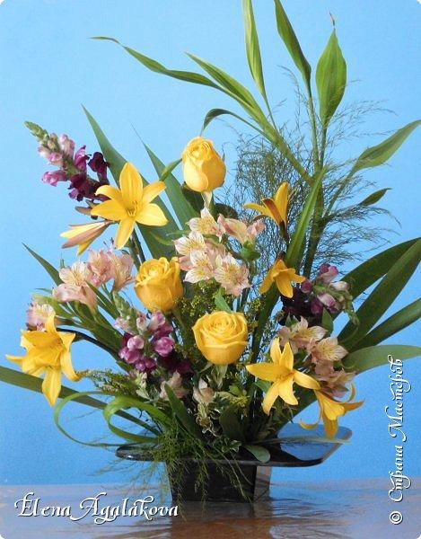 Добрый день! Сегодня я к вам снова с композициями из цветов. Прошлым летом я решила осуществить еще одну свою мечту - научится цветочному дизайну. Очень люблю цветы, травки-муравки, деревья и вообще все растения. Очень увлекательно работать с цветами! Я взяла небольшой курс по цветочному дизайну. Дома делаю аранжировки из того что под рукой, беру цветы которые найду, даже полевые и из своего садика. Люблю использовать разные веточки, травинки... Делюсь красотой!  фото 3