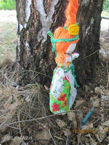 Я сегодня вот с такой куколкой!Делается она весной когда ждут первые цветы или когда они уже расцвели .Потому и называется первоцвет!Цвета куколки желто-зелёные ,это скорее цвета мать и мачехи ,её цветки тоже относятся к первоцветам и когда они зацветают настроение поднимается ,верится что весна пришла!Подснежник конечно тоже первоцвет ,красив,но он в лесу ,а эти вот они и на лугу и у плетня.....весна пришла-кричат! фото 3
