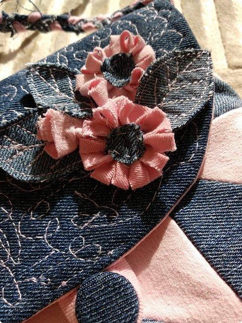 Маленькая сумочка через плечо. Из двух джинсов, розовые и синие. Розовые - мягкие. фото 3