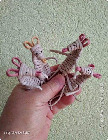 """К Новому году готовимся летом! Сплетём мышку-малышку.  Всего 6 трубочек, из них 1 розовая. Бумага """"Кондопога"""" Ширина полосы 7 см, спица 1,2 мм фото 16"""