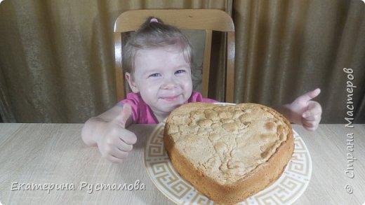 Предлагаю Вам приготовить быстрый и вкусный яблочный пирог. У меня есть маленькая помощница, любимая доча Алиса, которая очень любит помогать маме готовить. Обычно это всегда происходит за камерой, но сегодня у меня не получилась этого сделать так как она залезла на стул и сказала, что тоже будет готовить… я решила не отменять запланированную съемку… теперь можете смотреть что у нас, получилось)))