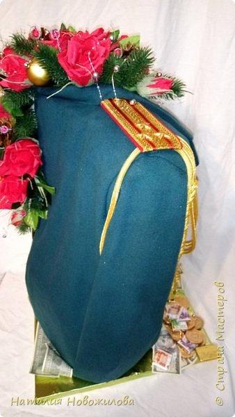 На новый год захотелось сделать подарок одному очень хорошему человеку. Полковник  в отставке, ветеран-афганец, Человек, Мужчина, в общем НАСТОЯЩИЙ ПОЛКОВНИК. Хотелось сделать что-то оригинальное и необычное. У меня и родилась дама в корсете  с кителем на плече и алыми розами - этакая военная Кармен. Погон, аксельбанты и пуговицы настоящие куплены в военторге. Половину кителя сшила из ткани, вроде пальтовой, по цвету напоминающий парадный китель.Корсет из комуфлированного  трикотажа. фото 7