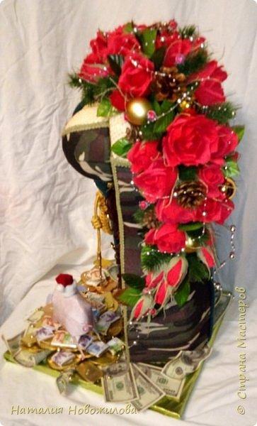 На новый год захотелось сделать подарок одному очень хорошему человеку. Полковник  в отставке, ветеран-афганец, Человек, Мужчина, в общем НАСТОЯЩИЙ ПОЛКОВНИК. Хотелось сделать что-то оригинальное и необычное. У меня и родилась дама в корсете  с кителем на плече и алыми розами - этакая военная Кармен. Погон, аксельбанты и пуговицы настоящие куплены в военторге. Половину кителя сшила из ткани, вроде пальтовой, по цвету напоминающий парадный китель.Корсет из комуфлированного  трикотажа. фото 5