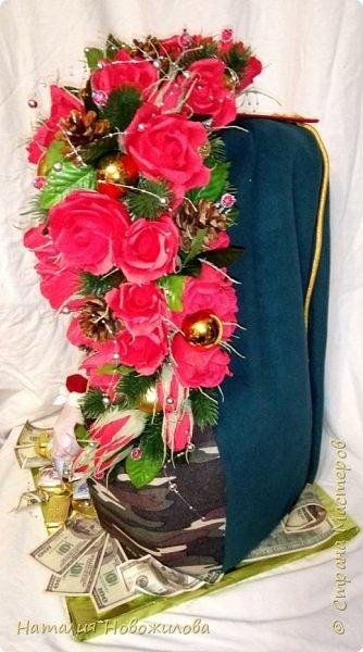 На новый год захотелось сделать подарок одному очень хорошему человеку. Полковник  в отставке, ветеран-афганец, Человек, Мужчина, в общем НАСТОЯЩИЙ ПОЛКОВНИК. Хотелось сделать что-то оригинальное и необычное. У меня и родилась дама в корсете  с кителем на плече и алыми розами - этакая военная Кармен. Погон, аксельбанты и пуговицы настоящие куплены в военторге. Половину кителя сшила из ткани, вроде пальтовой, по цвету напоминающий парадный китель.Корсет из комуфлированного  трикотажа. фото 6