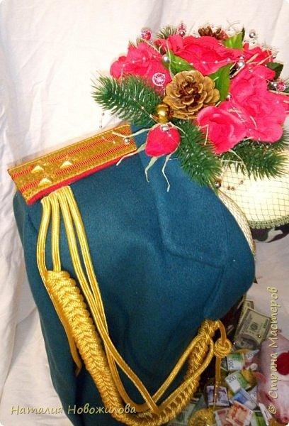 На новый год захотелось сделать подарок одному очень хорошему человеку. Полковник  в отставке, ветеран-афганец, Человек, Мужчина, в общем НАСТОЯЩИЙ ПОЛКОВНИК. Хотелось сделать что-то оригинальное и необычное. У меня и родилась дама в корсете  с кителем на плече и алыми розами - этакая военная Кармен. Погон, аксельбанты и пуговицы настоящие куплены в военторге. Половину кителя сшила из ткани, вроде пальтовой, по цвету напоминающий парадный китель.Корсет из комуфлированного  трикотажа. фото 8