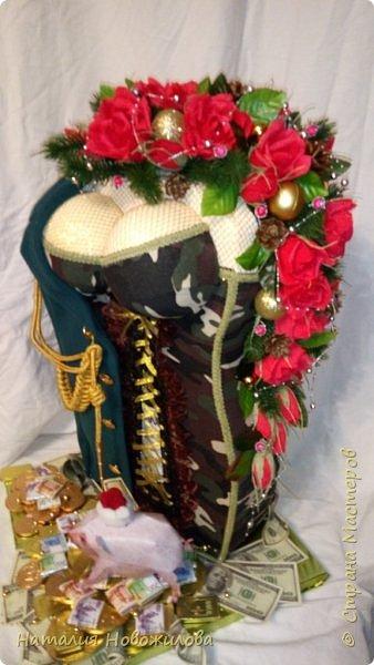 На новый год захотелось сделать подарок одному очень хорошему человеку. Полковник  в отставке, ветеран-афганец, Человек, Мужчина, в общем НАСТОЯЩИЙ ПОЛКОВНИК. Хотелось сделать что-то оригинальное и необычное. У меня и родилась дама в корсете  с кителем на плече и алыми розами - этакая военная Кармен. Погон, аксельбанты и пуговицы настоящие куплены в военторге. Половину кителя сшила из ткани, вроде пальтовой, по цвету напоминающий парадный китель.Корсет из комуфлированного  трикотажа. фото 4