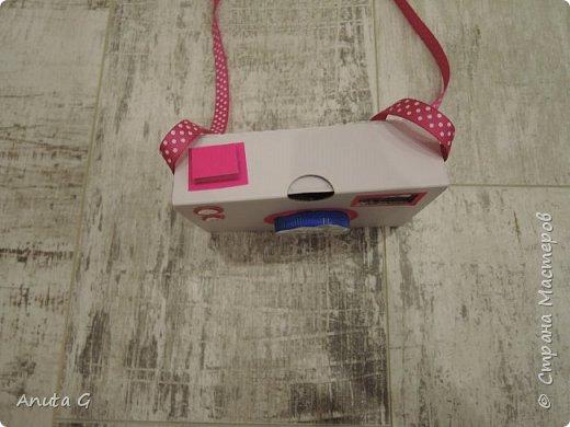Из коробки ДхВхГ 11,5х8х3,5 см делаю фотоаппарат Вырезаю: круг посередине, прямоугольник в верхнем правом углу фото 3